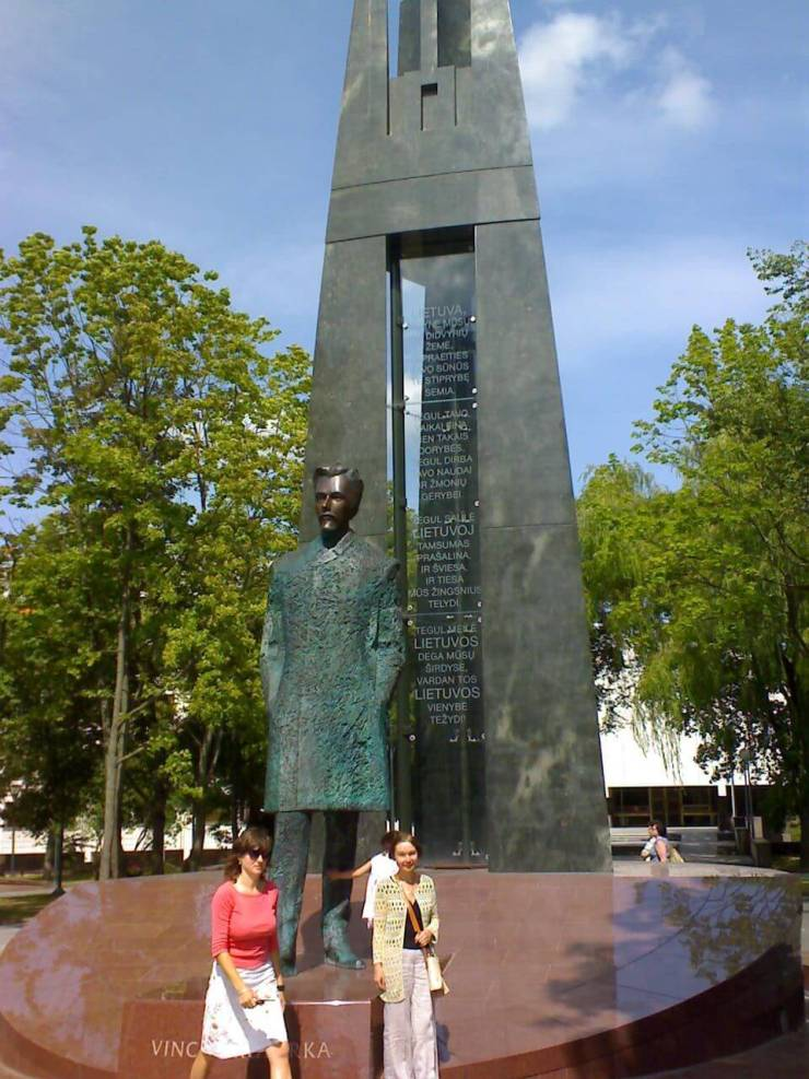 Atgimimo varpinė - Tautinės giesmės paminklas - Gedimino stulpų obeliskas Vilniuje