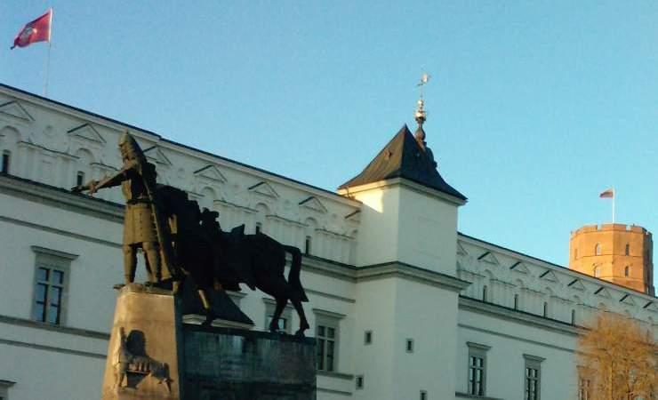 Vidurio Europos valdovų pilis, Lietuvos Gaunius, kunigų kunigas Gediminas, jo kuinas ir aunius.