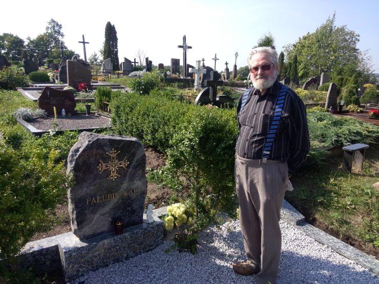 Vytautas Jarutis prie savo kūrybos kryžiaus ant Palubinskų paminklo Daugų kapinėse